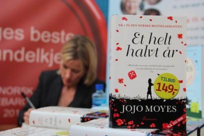 Jojo Moyes signerer_