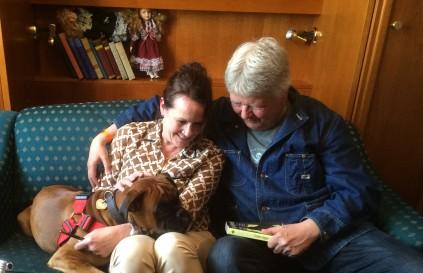 Vigdis Hjorth synes det er hjelpsomt å ha med hunden Emma Hjorth når hun besøker festivaler. FOTO: Elin Brend Bjørhei