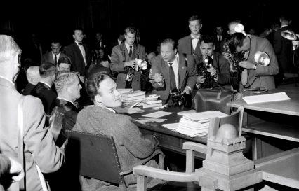 """Jubileum: Nasjonalbiblioteket kaller rettsaken mot Agnar Mykles """"Sangen om den røde rubin"""" for """"den mest interessante litterære rettsprosessen som har vært i Norge"""". Her flokker pressefotografer seg rundt Mykle i 1957. Foto: Aktuell / NTB scanpix"""