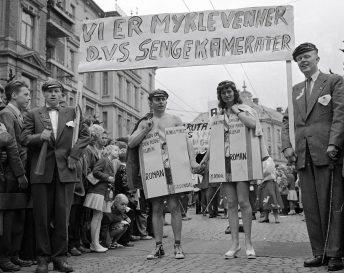 """Oppstyr: Russen i Oslo tok for seg Agnar Mykle i russetoget i 1957, og her har to av dem kledd seg ut som """"Sangen om den røde rubin"""", meldte bladet Aktuell. Foto: NTB scanpix"""