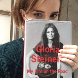 Emma Watson med den første boken som skal leses i hennes nye bokklubb.