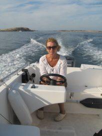 Kjører båt